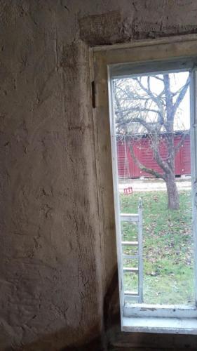 Esimese lubikrohvikihi all aknapale sissesurutud dzhuudivõrguga (Ivari tuba)